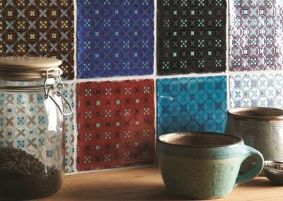 Køkkenvæggen beklædt med Parchwork mønstre.