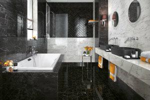 Badeværelsesfliser i sildebens mønster på væggen