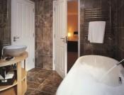 fliser-galleri-56-badevrelset-er-et-hjertevarmt-rum-nr-det-bekldes-med-travertin