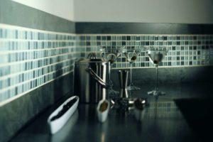 Fliser-galleri-67-Mosaik-glas-og-stål-er-en-god-kombination-i-køkkenindretningen
