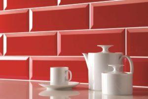 Fliser-galleri-76-Det-røde-retro-look-inspireret-af-metroen-passer-helt-sikkert-ind-i-dit-køkken