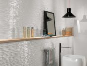 fliser-galleri-99-bad-med-lyse-hvide-farver-krydret-med-blde-pastel-farver