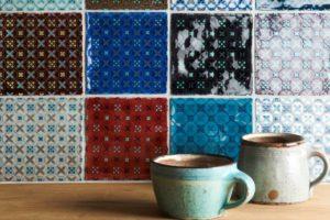 røde, blå, sorte, håndlavede patchwork vægfliser
