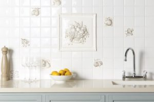 Hvide køkkenfliser med motiver