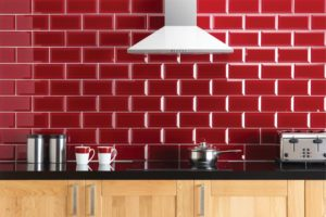 røde metrofliser til køkkenvæggen