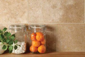 Store travertinfliser brugt i køkken