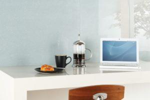 frisk brygget kaffe og glasfliser