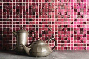 Mosaikfliser i et mix af glas og natursten til køkken