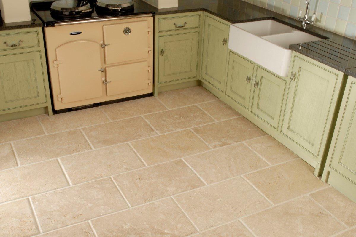 Tromlet marmorfliser anvendt på gulvet