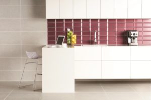 Hvidt køkken med store gulv fliser