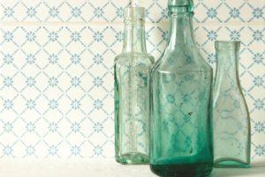 Verdensfliser med mønstre og gamle glasflasker