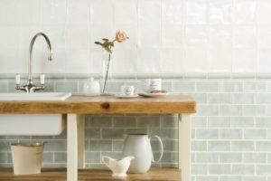 Vægfliser til køkken sammen med rustik bordplade