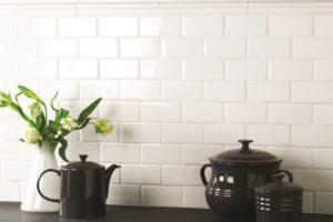Hvide vægfliser med tykt lag glasur