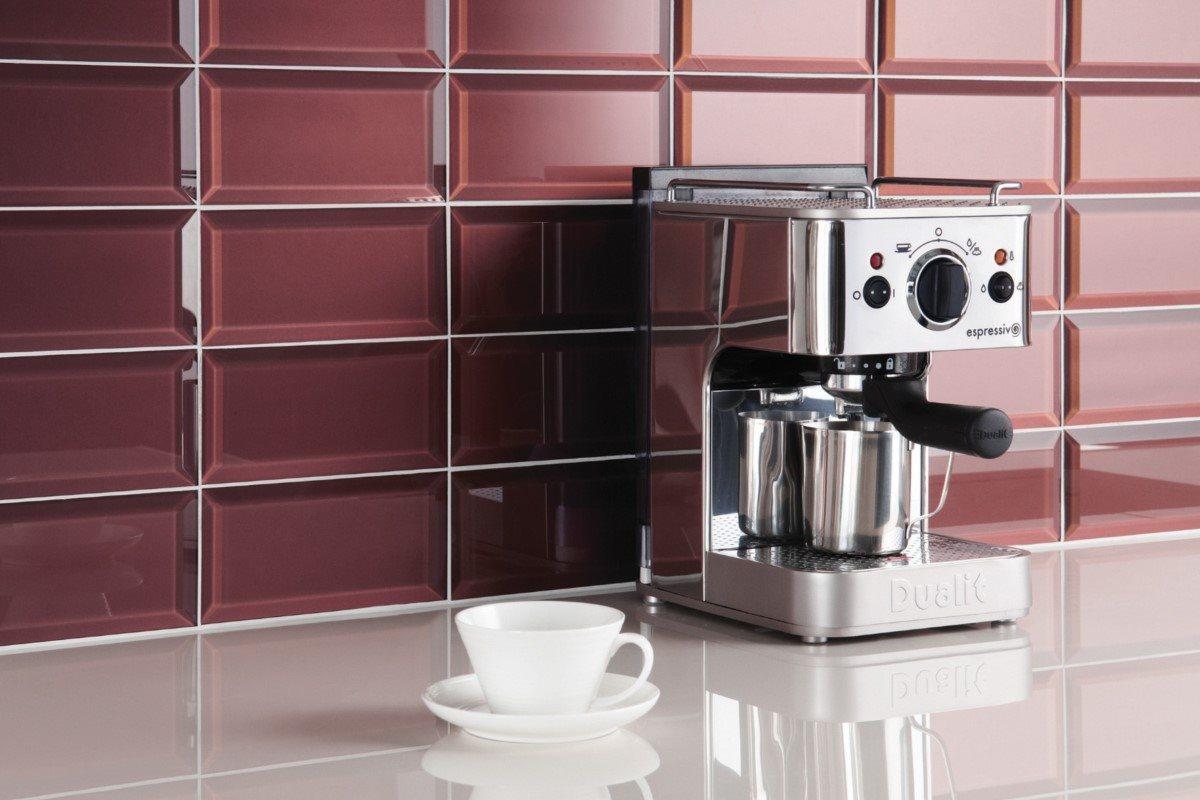 Frisk brygget kaffe og metrofliser på væggen