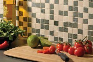 Lækre friske grøntsager i køkkenet sammen med mosaikfliser