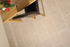 travertin fliser på gulvet i køkkenet