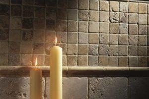 Levende lys og travertin mosaik på køkken væggen