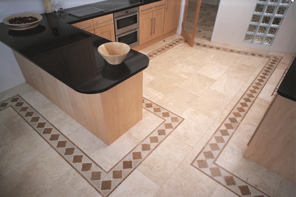 Sort granitbordplade i køkken