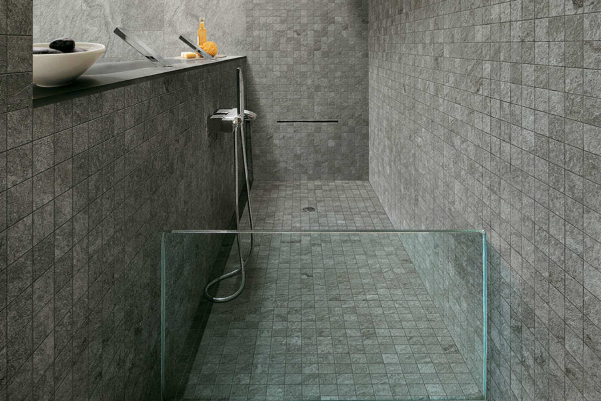 Grå mosaik klinkegulv i badeværelse