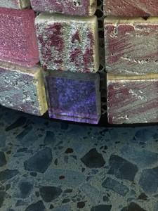Lila mosaikfliser på en terrazzo inspireret flise