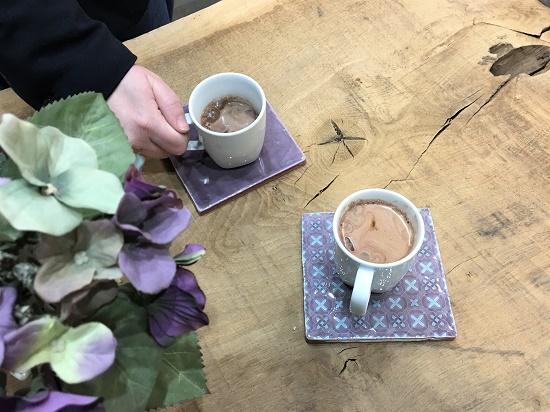 Glaserede vægfliser kan bruges i en farverig borddækning